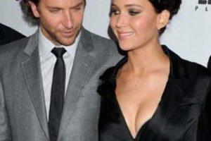 Bradley Cooper simplemente no ocultó su sorpresa por el escote de la actriz. Foto:vía twitter.com. Imagen Por: