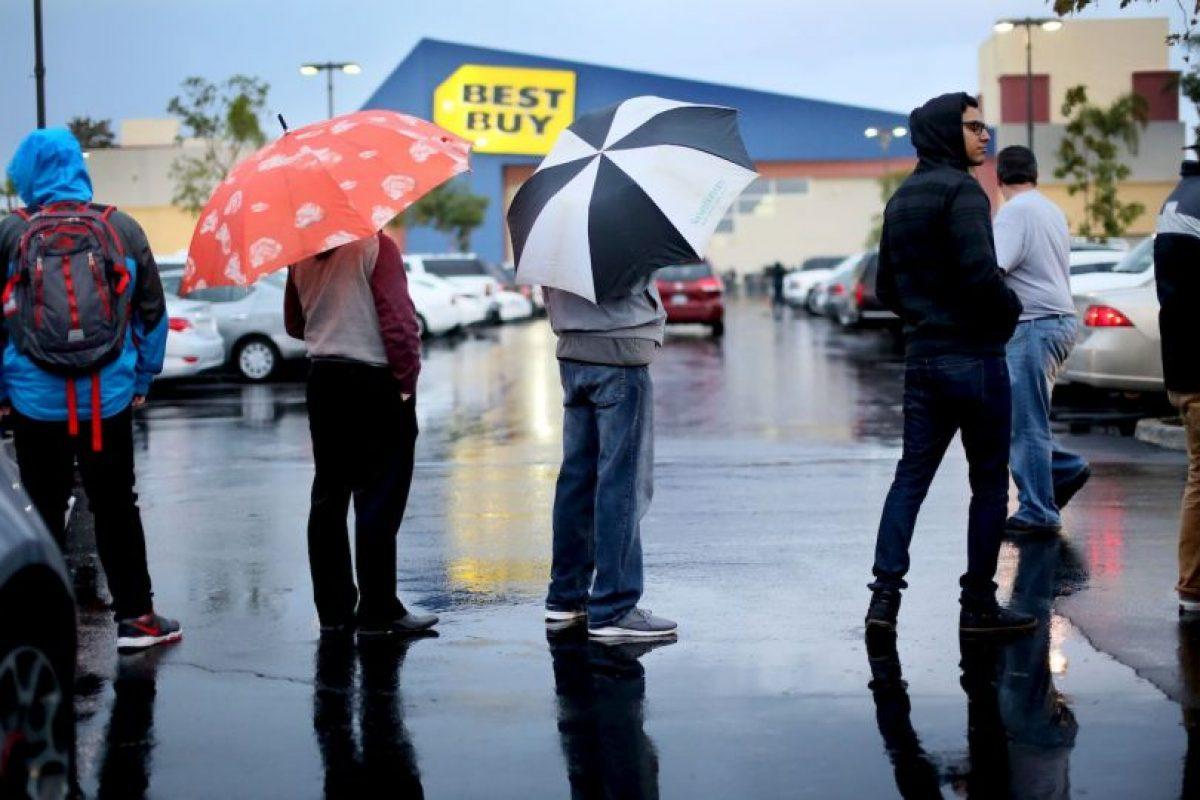 Hubo quienes esperaron por horas afuera de alguna tienda Foto:Getty Images. Imagen Por: