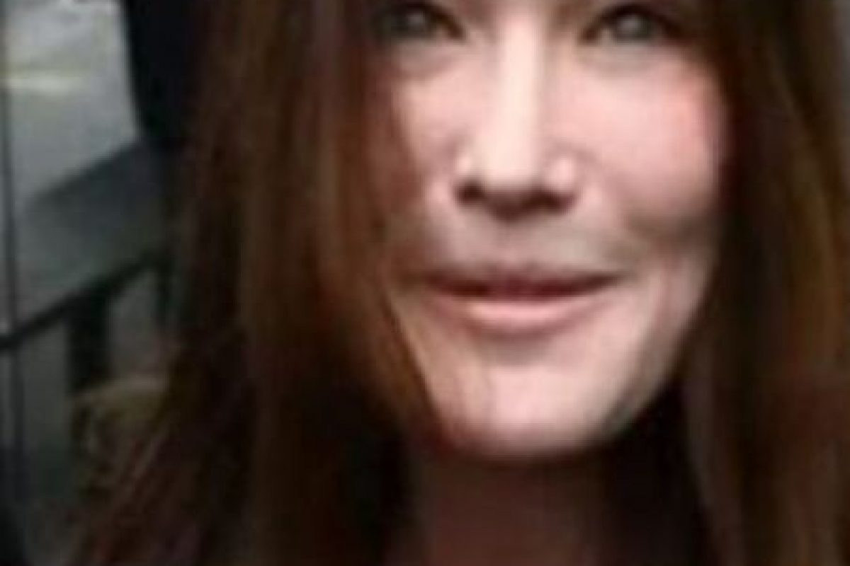 10. La ex modelo Carla Bruni no pudo ocultar su lifting facial.. Imagen Por: