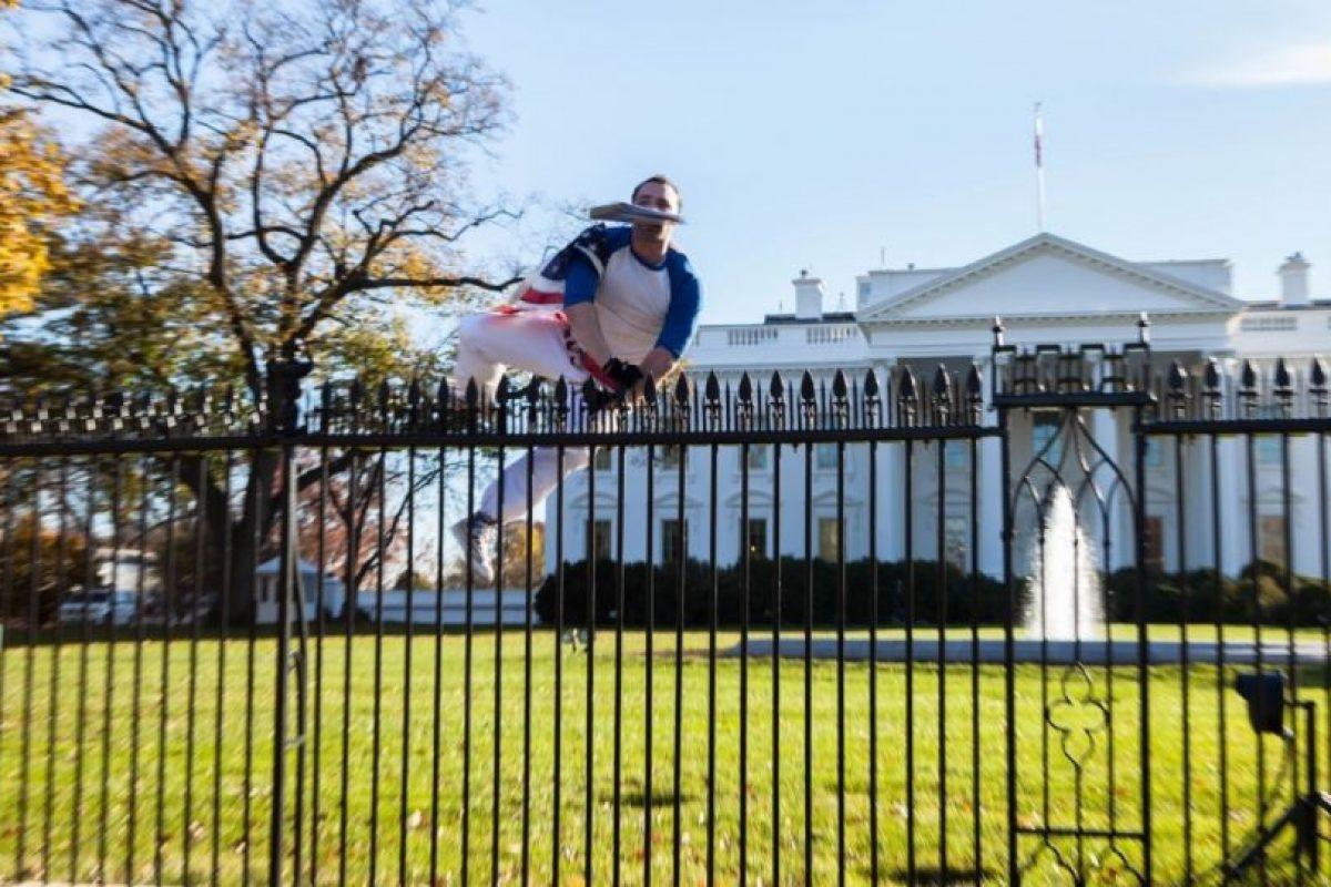 Las autoridades se sorprendieron al ver que pudo saltar los picos de seguridad. Foto:Vía Twitter. Imagen Por: