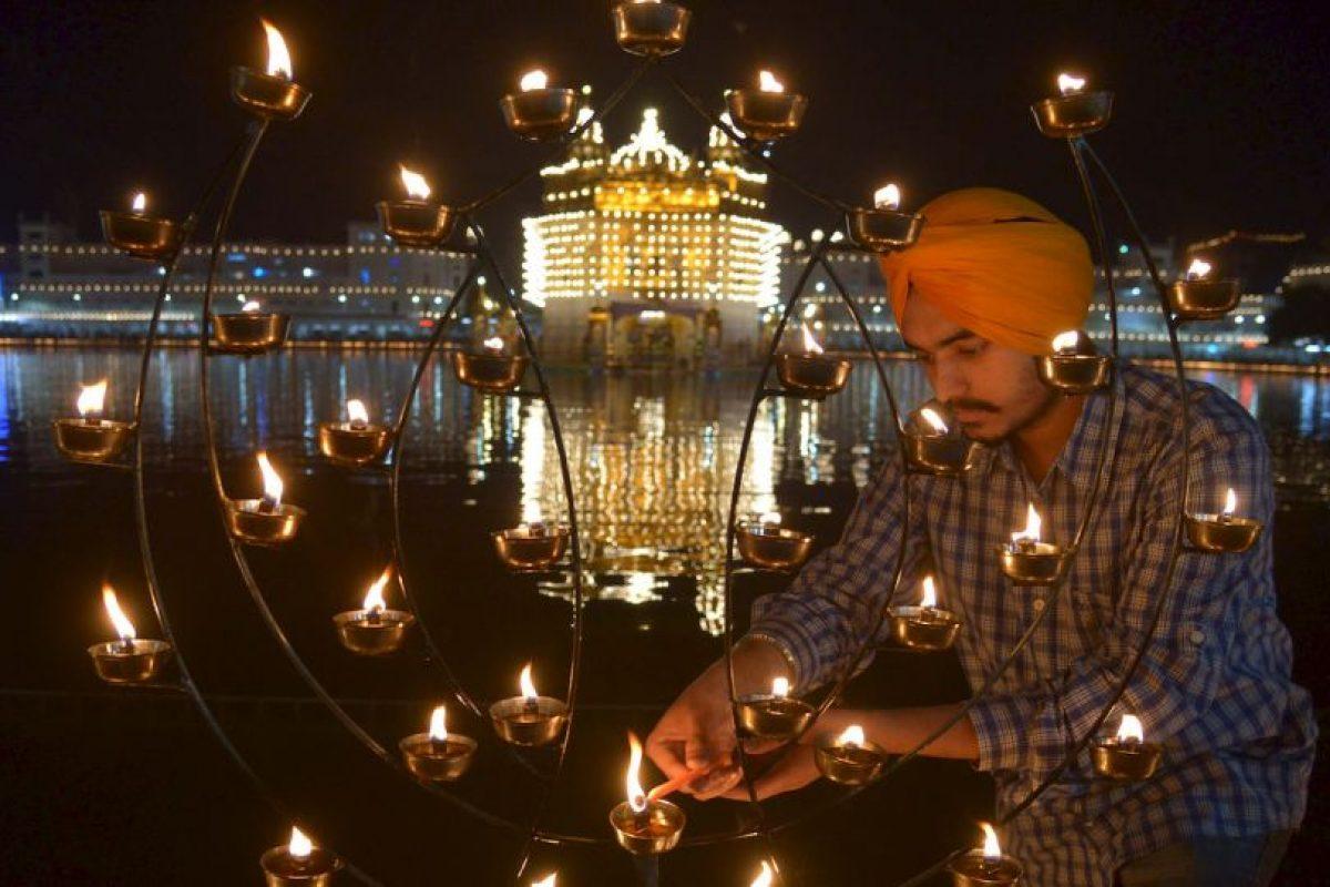 Devoto indio enciende velas prestando respetos en el Templo Dorado de Amritsar. Foto:AFP. Imagen Por: