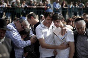 Familiares de una de las víctimas en los atentados terroristas en el Hotel Malí en Israel. Foto:AFP. Imagen Por: