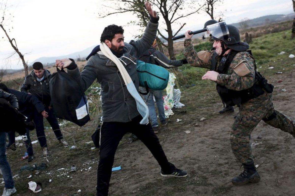 Migrantes y refugiados enfrentan a la policía en la frontera de Grecia y Macedonia. Foto:AFP. Imagen Por: