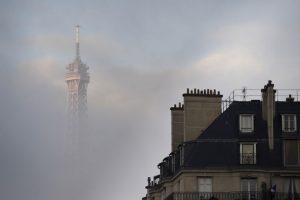Vista de la torre Eiffel en un día nublado en París. Foto:AFP. Imagen Por: