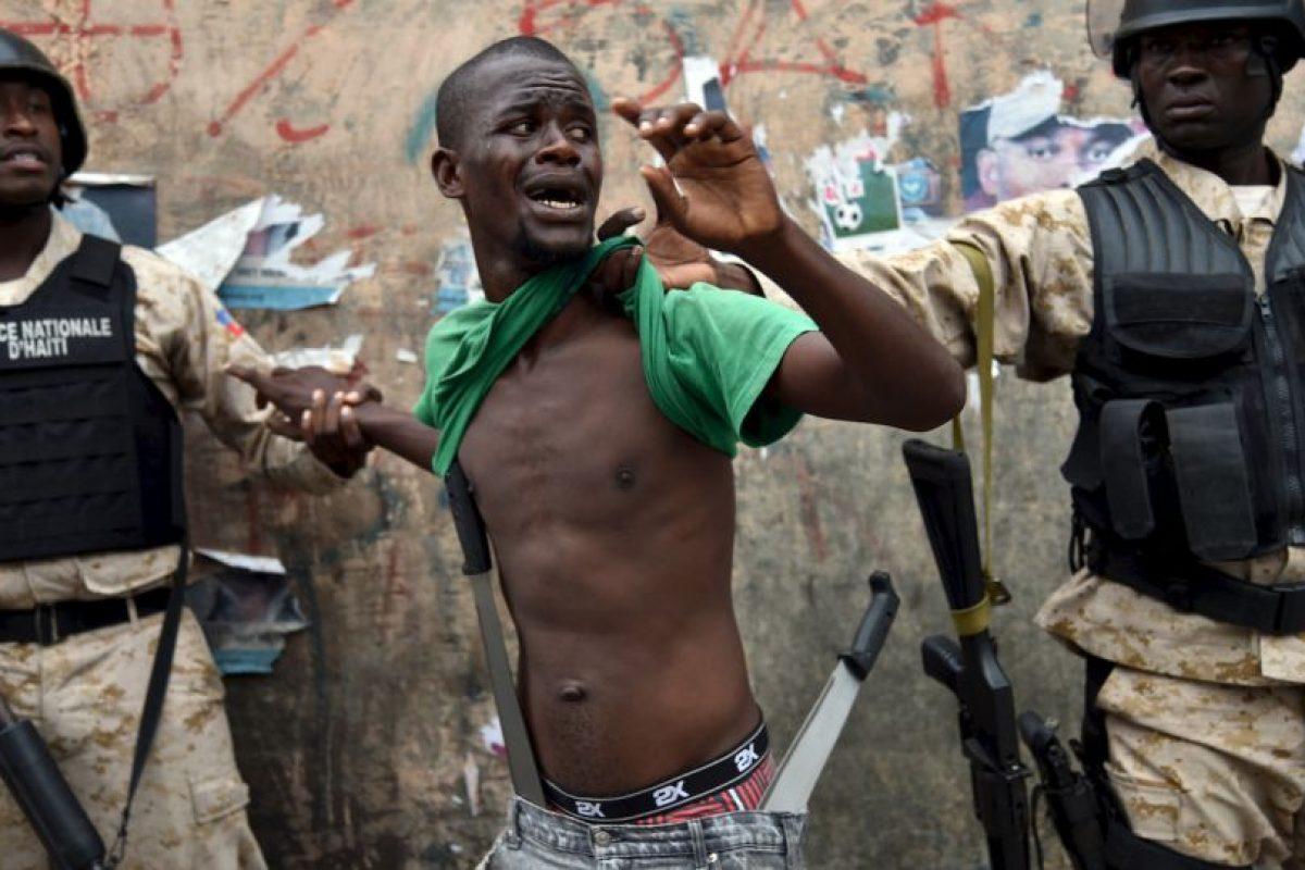 Arrestan a un manifestante con machetes en Haití. Este participaba en una protesta contra la elección de Michel Martelly como presidente. Foto:AFP. Imagen Por: