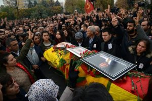 Mientras tanto, miles de personas acudieron hoy a su funeral Foto: AFP. Imagen Por: