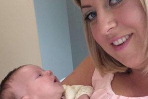 Recién nacida a punto de morir por recibir un beso Foto:Facebook /Claire Henderson. Imagen Por: