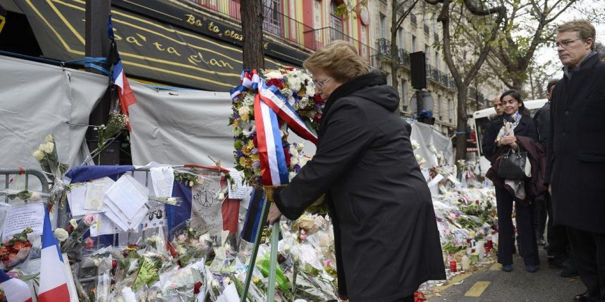 Presidenta Bachelet deja ofrendas florales en el café Ba Ta Clan