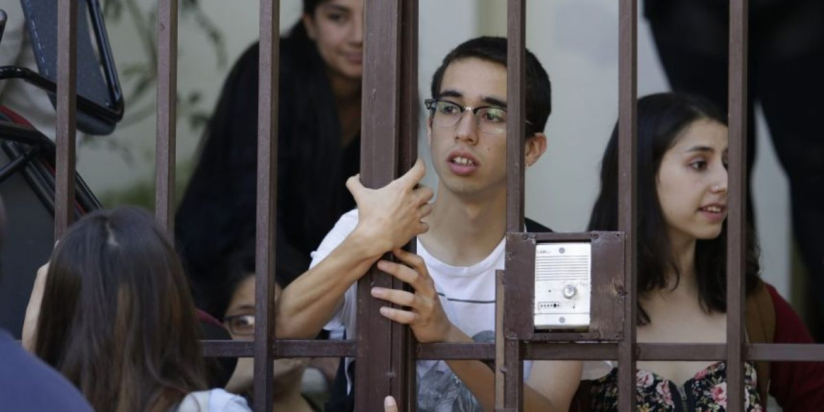 Estudiantes de U. Alberto Hurtado se toman Arzobispado de Santiago