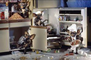 """""""Rayita"""" engaña a """"Billy"""" para que le dé de comer después de medianoche. Tras la ingesta de alimentos, las criaturas se convierten en monstruos de aspecto reptiliano llamados """"Gremlins"""". Foto:Warner Bros. Imagen Por:"""