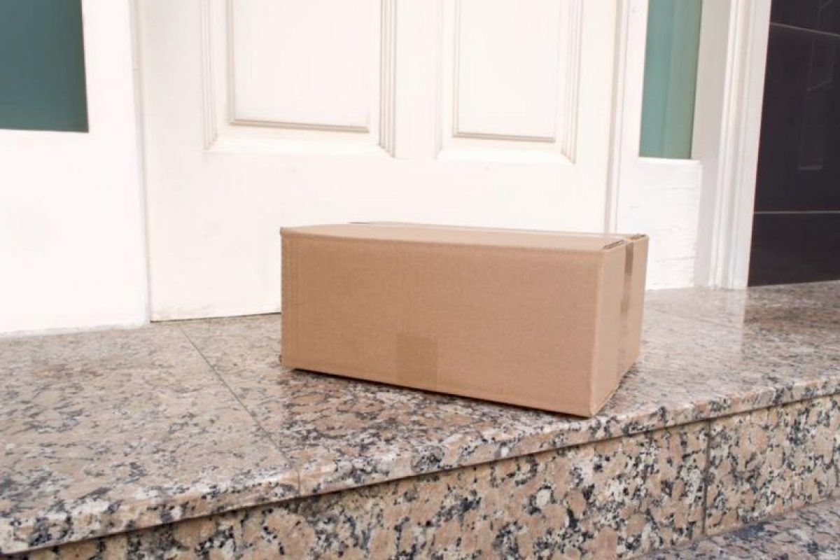 Así fue como la familia encontró el paquete. Foto:Vía facebook.com/ArlingtonPolice. Imagen Por: