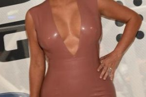 Y luego sorprendió al enfundarse en este vestido de látex. Foto:Getty Images. Imagen Por:
