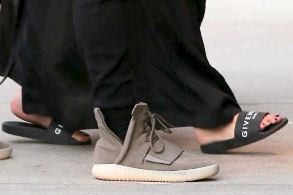 Y con esta sandalías demostró que sus piernas y pies estaban padeciendo con su nuevo peso. Foto:The Grosby Group. Imagen Por: