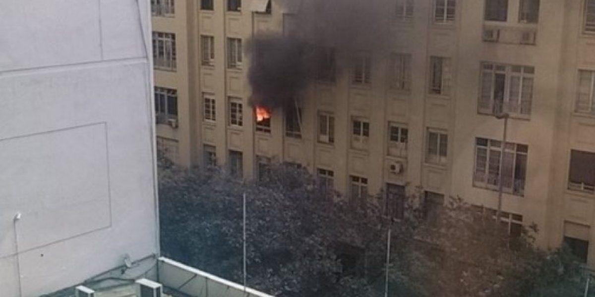 Incendio en céntrico edificio de Santiago movilizó a Bomberos
