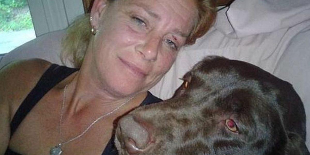 Mujer es arrestada por atar con cinta adhesiva el hocico de su perro