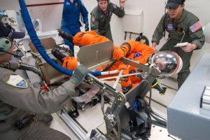 Los trajes espaciales también estan en procedimiento de pruebas. Foto:nasa.gov. Imagen Por: