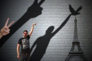 Graciosas ediciones para que este hombre tocara la Torre Eiffel Foto:Vía 4chan. Imagen Por: