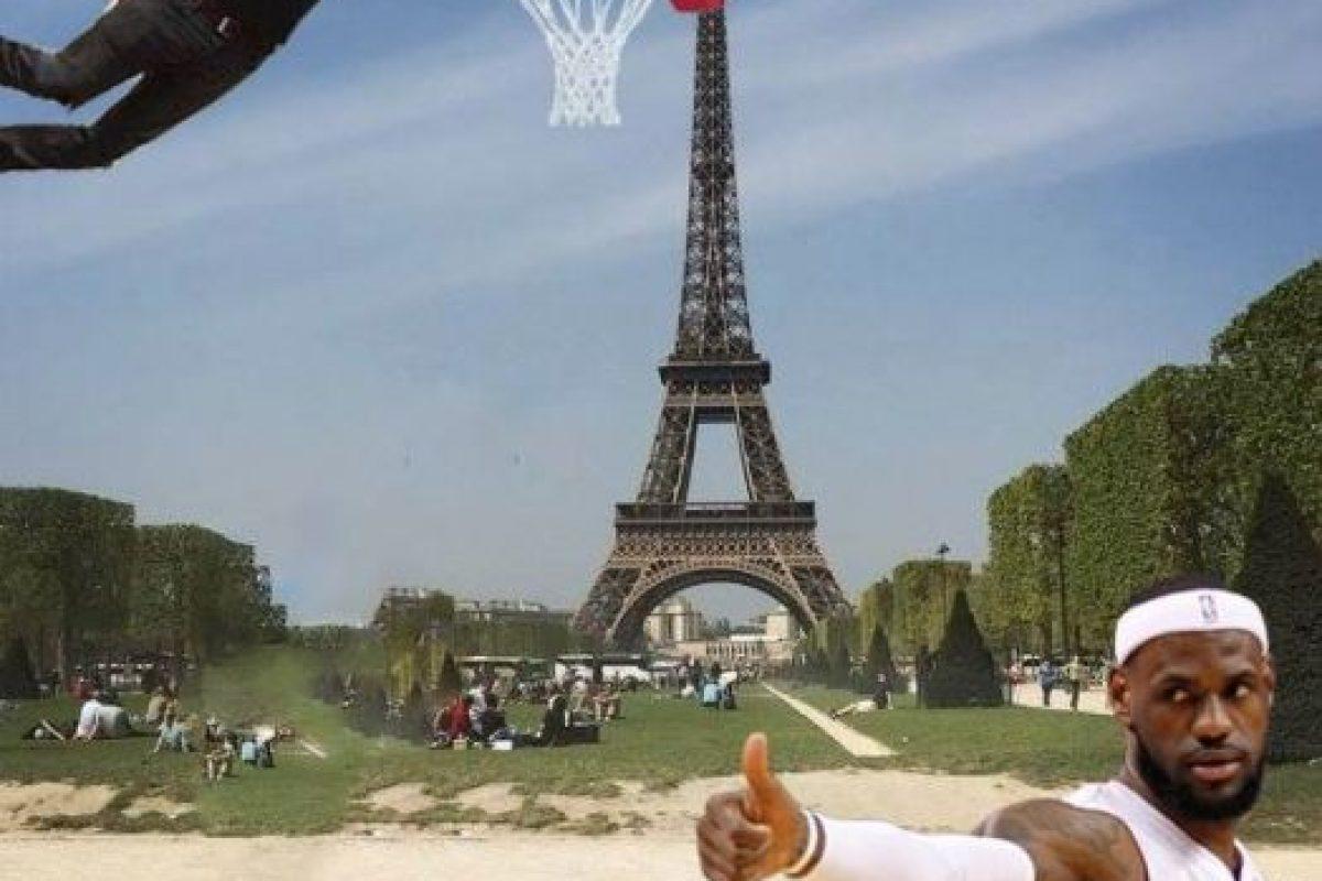 Graciosas ediciones para que este hombre tocara la Torre Eiffel Foto:Vía Facebook. Imagen Por: