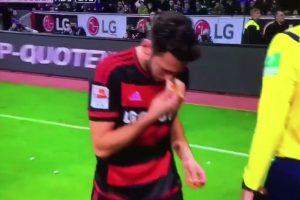 3. Durante un partido la tribuna lanzó un trozo de carne de cerdo al jugador de religión musulmana Hakan Calhanoglu. Foto:Youtube. Imagen Por: