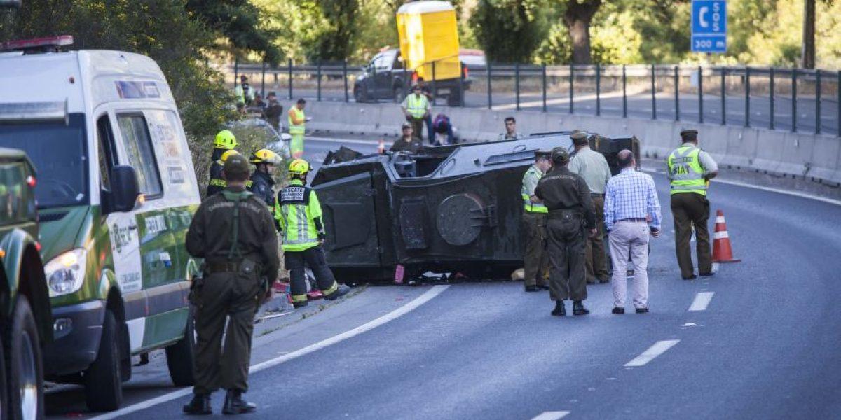 Dos lesionados y congestión dejó accidente de vehículo policial en Valparaíso