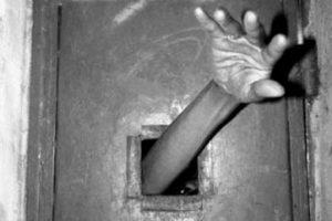 Un paciente castigado en un hospital siquiátrico Foto:Reproducción. Imagen Por: