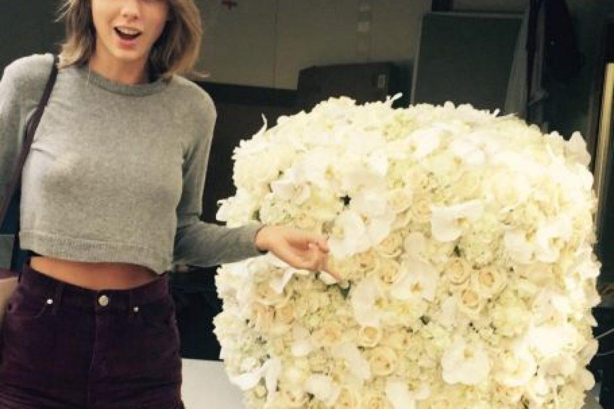 2- Taylor Swift con un ramo de flores enviado por Kanye West. 2.6 millones de me gusta. Foto:vía instagram.com/taylorswift. Imagen Por: