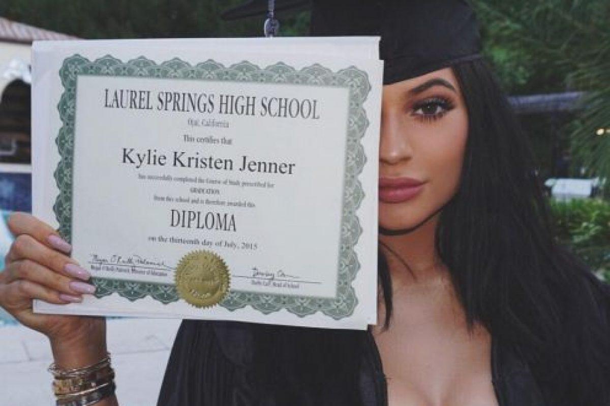 5- Kylie Jenner mostrando su diploma de graduación. 2.3 millones de me gusta. Foto:vía instagram.com/kyliejenner. Imagen Por: