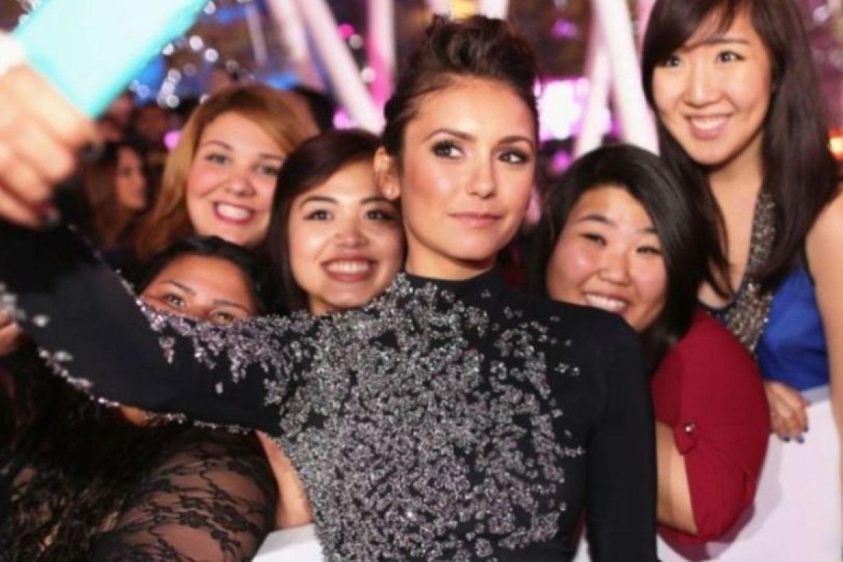 Nina Dobrev tomándose un selfie con sus fans. Foto:Getty Images. Imagen Por: