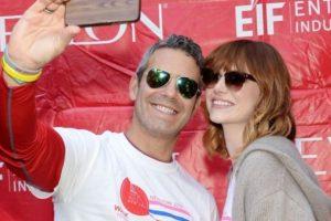 Andy Cohen y Emma Stone sonrieron para la foto. Foto:Getty Images. Imagen Por:
