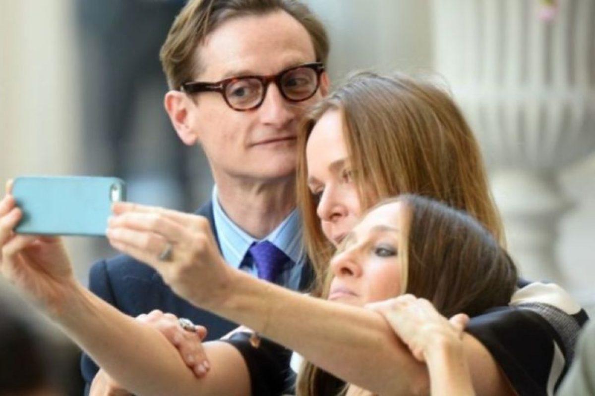 Selfie entre amigos, Hamish Bowles, Stella McCartney y Sarah Jessica Parker. Foto:Getty Images. Imagen Por: