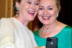 Meryl Streep con Hilary Clinton en una cena de gala. Foto:Getty Images. Imagen Por: