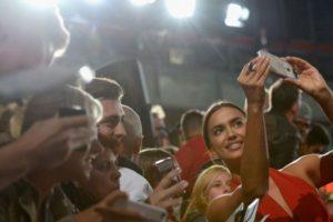Irina Shayk, un selfie con sus fans. Foto:Getty Images. Imagen Por: