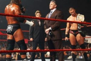 """4. Randy Orton. Vince McMahon le entregó el título y Triple H lo covenció de defenderlo contra él en No Mercy de 2007. """"El Asesino cerebral"""" le ganó el cetro Foto:WWE. Imagen Por:"""