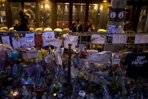 Personas en un bar que reabrió en París tras los atentados terroristas que cobraron la vida de 130 personas. Foto:AFP. Imagen Por: