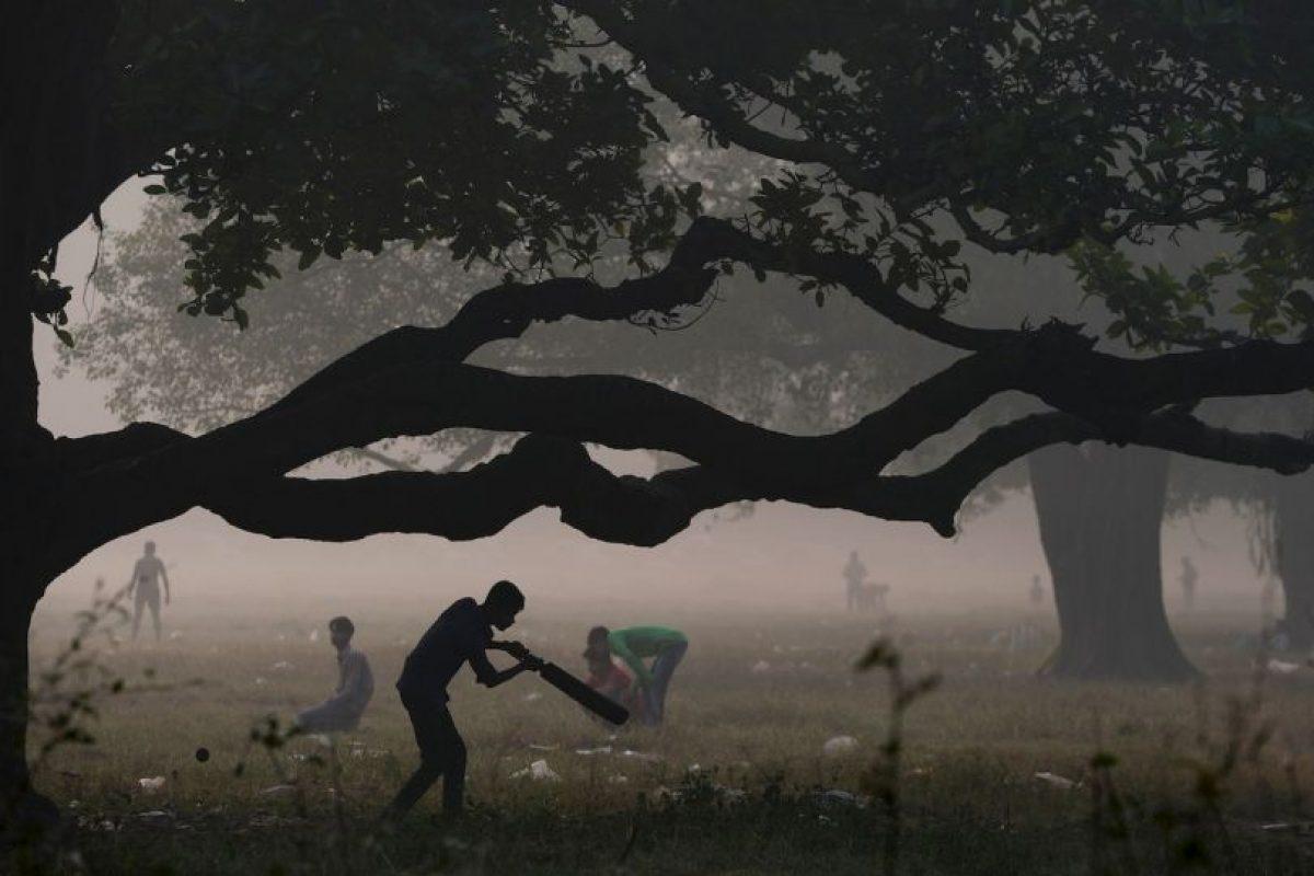 Jóvenes juegan cricket en la India. Foto:AFP. Imagen Por: