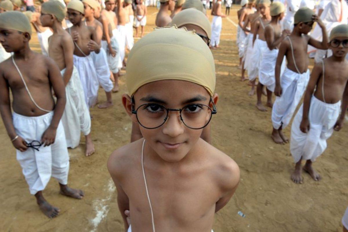 Niños indios vestidos como Mahatma Gandhi. Foto:AFP. Imagen Por: