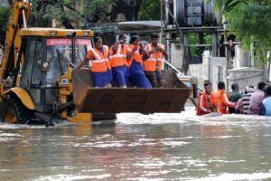 Trabajadores de emergencia llevaron acabo numerosos rescates. Foto:AFP. Imagen Por: