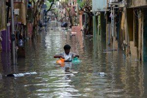 La gente como puede se traslada para escapar de la mala situación. Foto:AFP. Imagen Por: