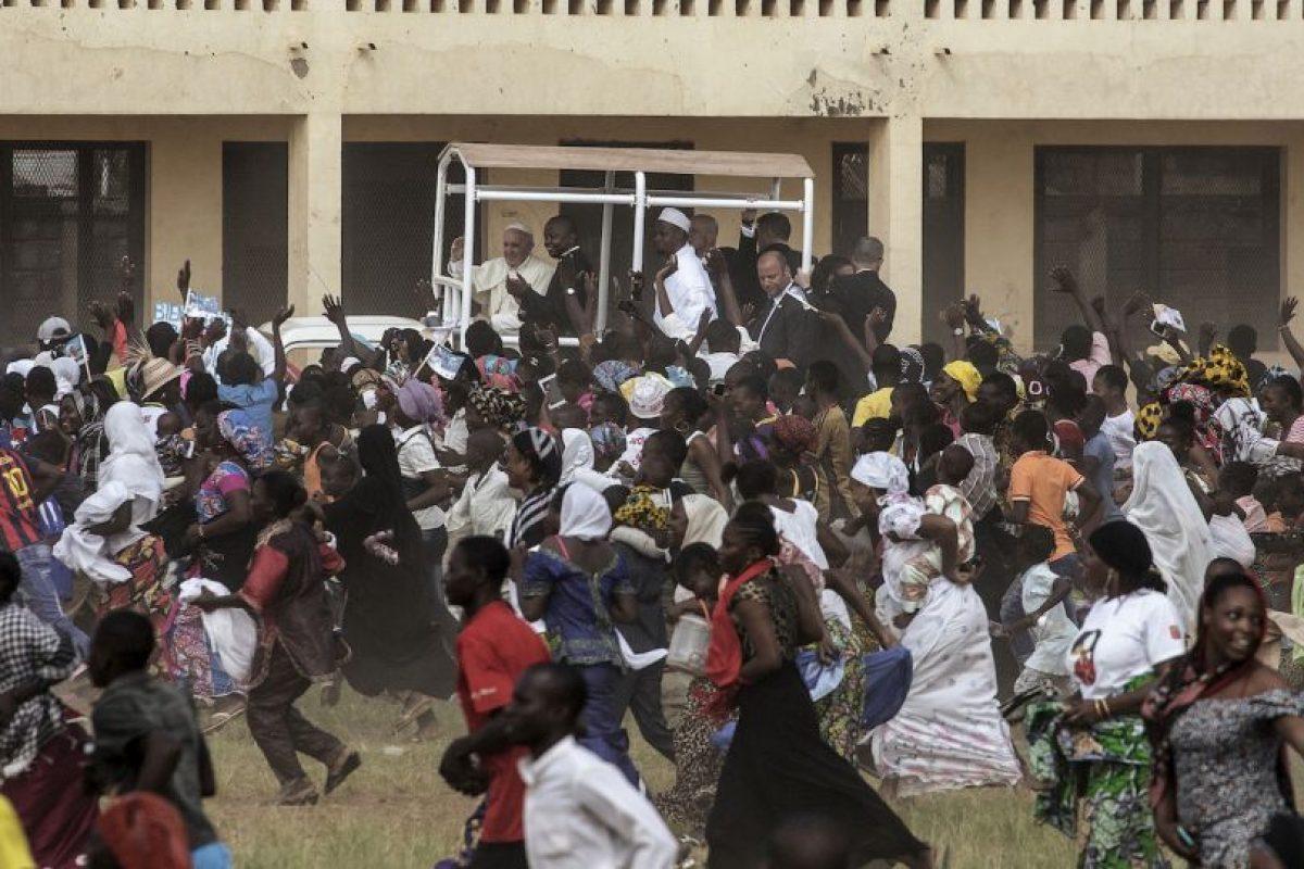 Fieles corren para ver el Papa, quien realizó una gira por África. Foto:AFP. Imagen Por: