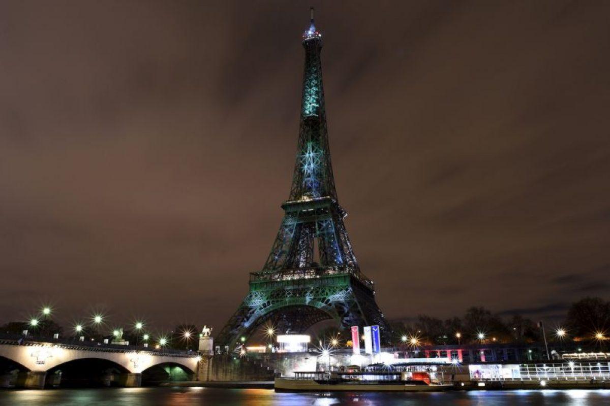 Torre Eiffel iluminada de verde para crear conciencia sobre el calentamiento global. Foto:AFP. Imagen Por: