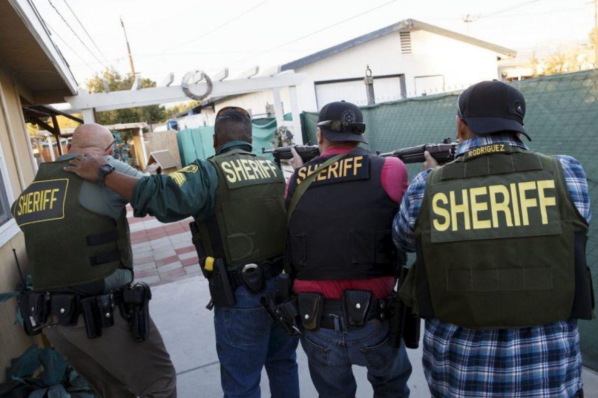 Policías buscan a los sospechosos de la masacre de San Bernardino, California. El tiroteo dejó a 14 muertos y 20 heridos. Foto:AFP. Imagen Por: