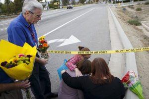 Una mujer, identificada como la prometida de una de las víctimas del atentado en California, deja flores en el lugar de los hechos. Foto:AFP. Imagen Por: