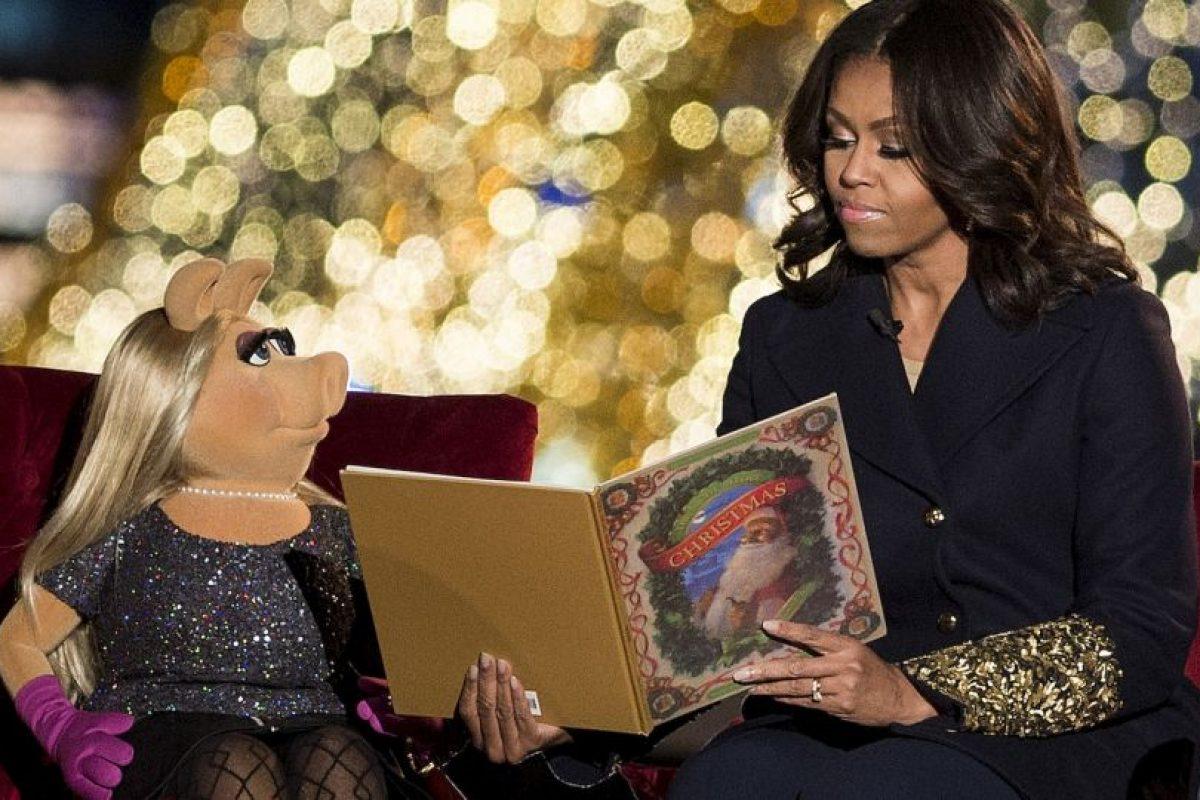Michelle Obama y Miss Piggy durante el encendido del árbol navideño de la Casa Blanca. Foto:AFP. Imagen Por: