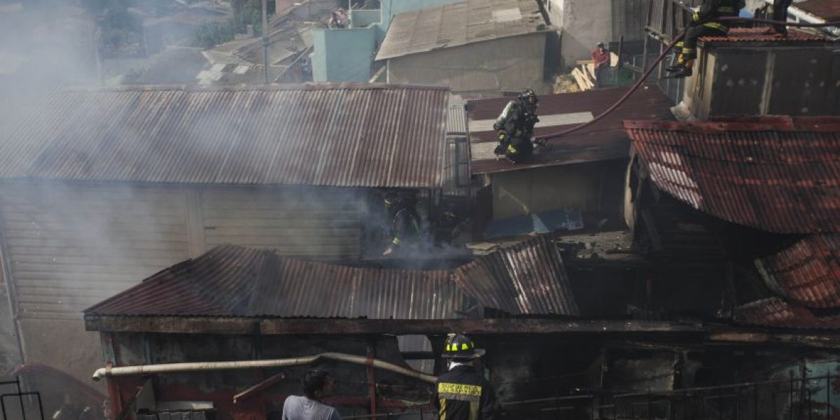 Valparaíso: incendio en Cerro Bellavista consumió dos viviendas