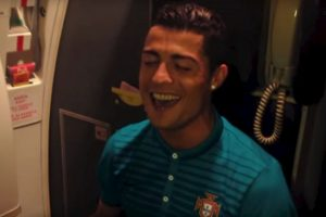"Cristiano Ronaldo canta ""Stay"" de Rihanna. Foto:Universal Pictures. Imagen Por:"