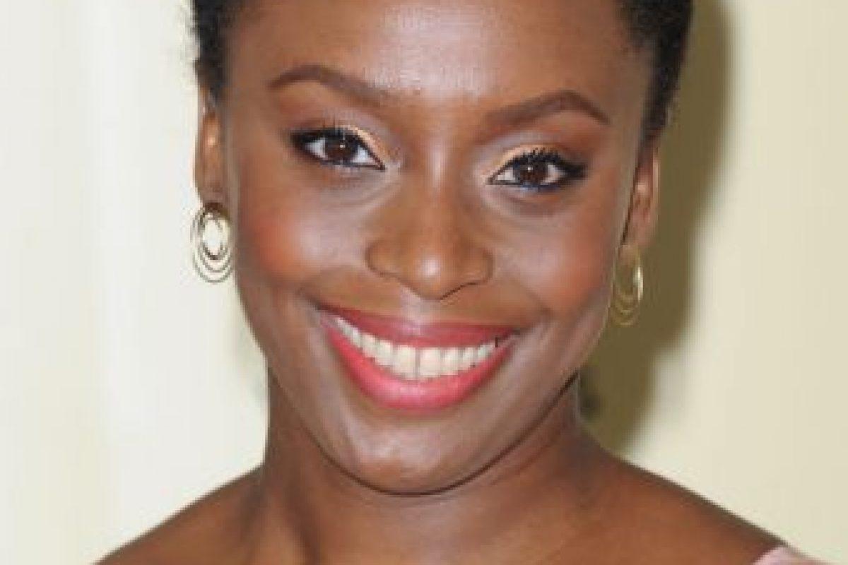 """La novelista nigeriana también critica la masculinidad moderna, llamándola """"una dura jaula"""". Foto:Getty Images. Imagen Por:"""