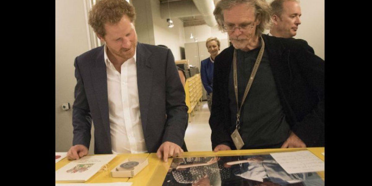 Conmovedor momento en que el príncipe Harry ve una foto de Lady Di con Nelson Mandela