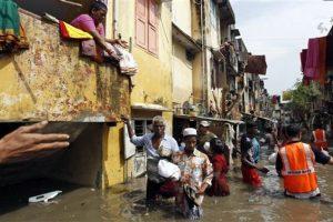 Los residentes sacaron lo que pudieron de sus casas. Foto:AP. Imagen Por: