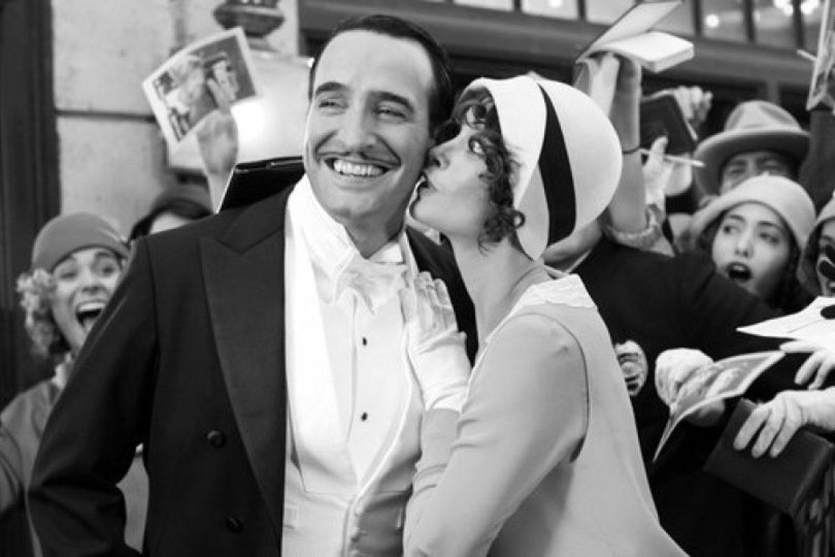 """""""El artista"""" es una es una película francesa de drama y comedia romántica en el estilo de una película muda en blanco y negro. Fue nominada para diez premios Óscar y ganó cinco, incluyendo mejor película, mejor director y mejor actor. Foto:La Petite Reine, ARP Sélection. Imagen Por:"""