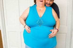 Gayla Neufeld tiene un vientre de 283 centímetros. Creyó que jamás encontraría pareja. Foto:vía Barcroft Media. Imagen Por: